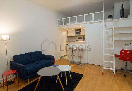 Séjour très calme équipé de canapé, table basse, armoire, 1 chaise(s)