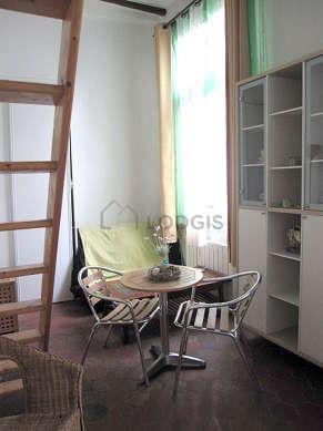 Salon de 15m² avec des tomettes au sol