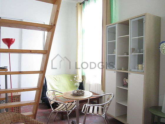 Salon lumineux équipé de 1 fauteuil(s), 2 chaise(s)