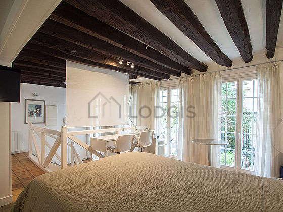 Chambre de 12m² avec du carrelage au sol