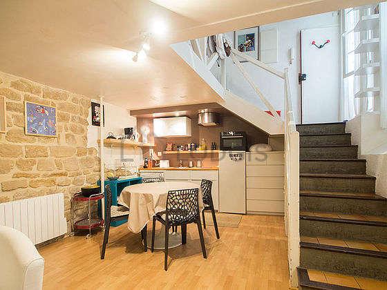 Belle cuisine de 6m²ouverte sur le séjour avec du parquet au sol