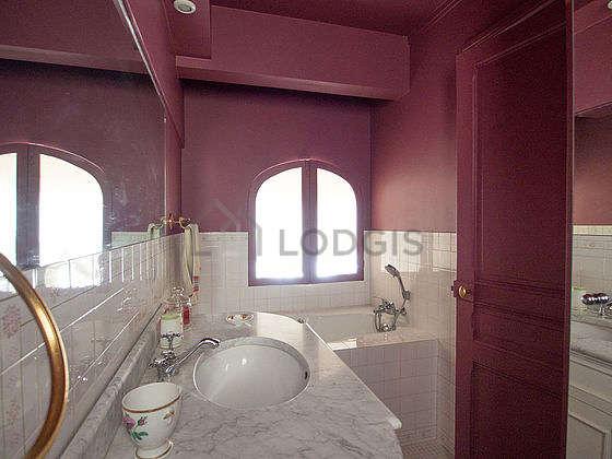 Salle de bain équipée de lave linge, penderie, etagère