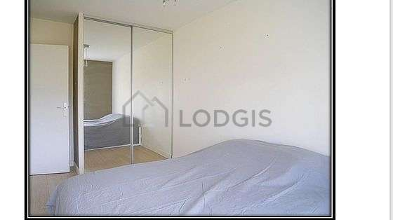 Bedroom of 12m² with wooden floor