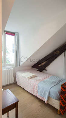 Jolie alcôve avec du parquet au sol attenant à la chambre