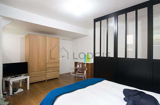 Bright bedroom equipped with tv, 1 chair(s)