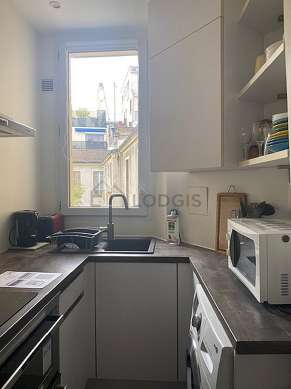 Kitchen of 4m² with tile floor