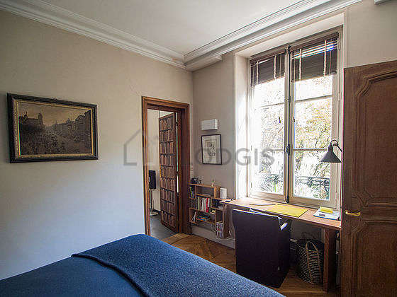 Very bright bedroom equipped with desk, storage space