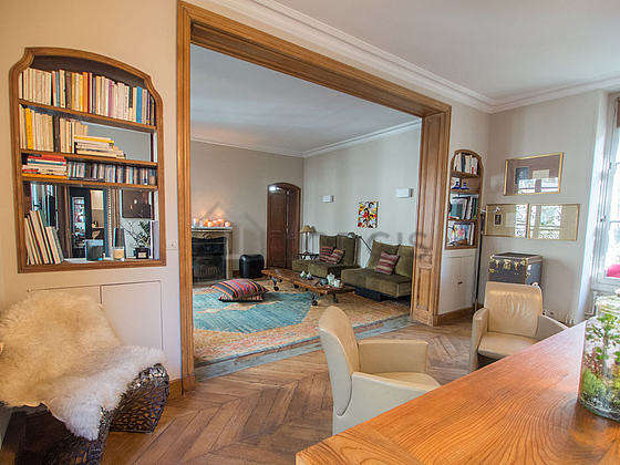 Great dining room with wooden floor for 9 person(s)