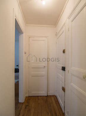Beautiful entrance with wooden floor and equipped with washing machine, 1 chair(s)