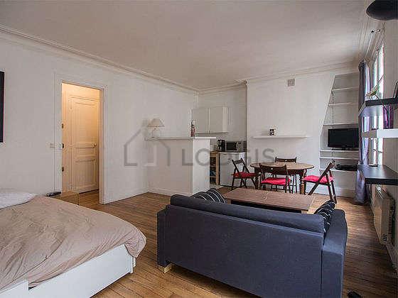 Salon lumineux équipé de armoire, 4 chaise(s)