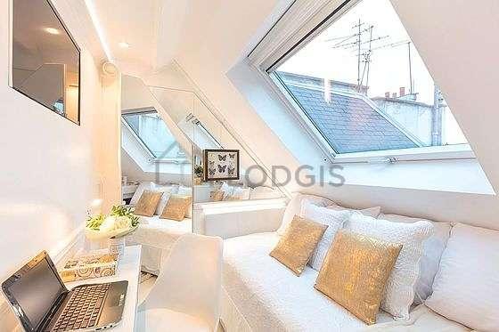 Salon très lumineux équipé de penderie, placard, 1 chaise(s)