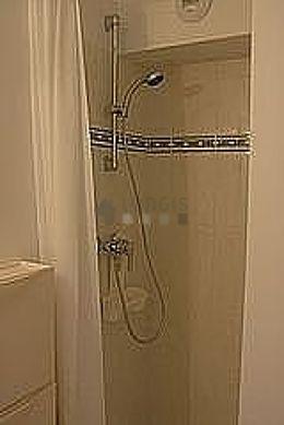 Salle de bain équipée de douche séparée