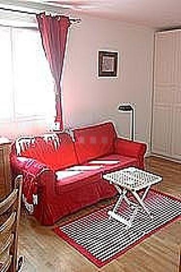 Séjour calme équipé de 1 canapé(s) lit(s) de 140cm, téléviseur, penderie, 4 chaise(s)