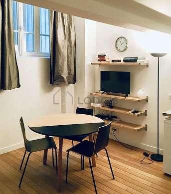 Séjour très calme équipé de 1 canapé(s) lit(s) de 160cm, télé, 3 chaise(s)