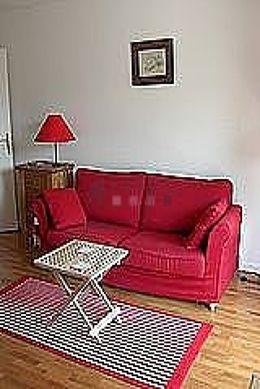 Séjour calme équipé de 1 canapé(s) lit(s) de 140cm, télé, penderie, 2 chaise(s)
