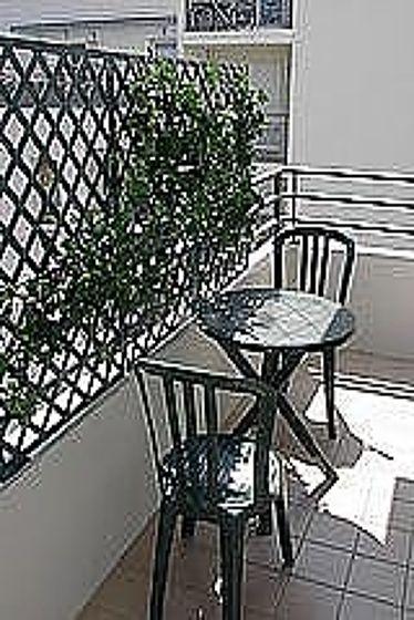 Terrasse exposée plein est et vue sur jardin