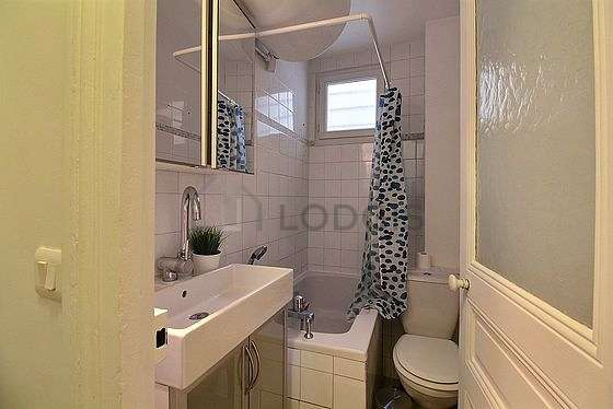 Agréable salle de bain avec du parquet au sol
