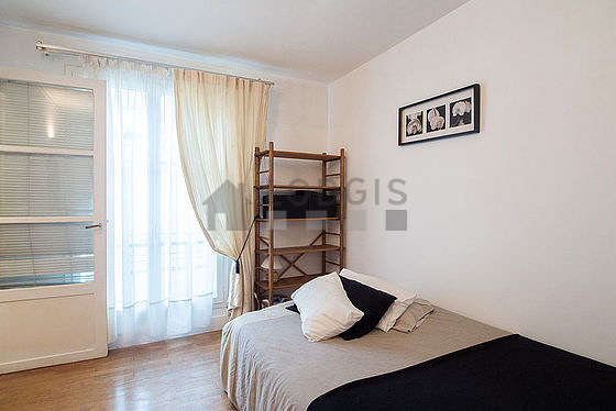 Bright bedroom equipped with desk, 1 chair(s)