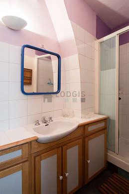 Salle de bain claire avec de la moquette au sol