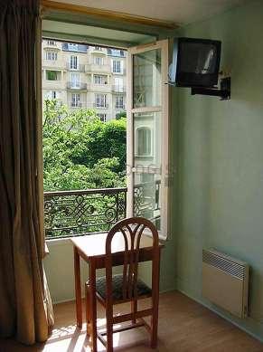 Séjour calme équipé de 1 canapé(s) lit(s) de 140cm, télé, penderie, 1 chaise(s)