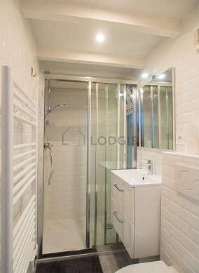Agréable salle de bain claire avec de la pelouse au sol