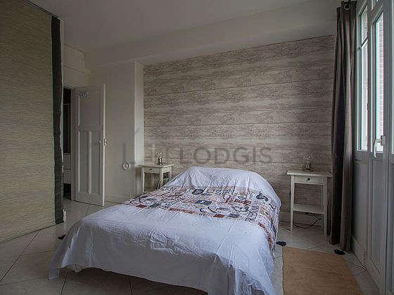Bedroom of 13m² with tile floor