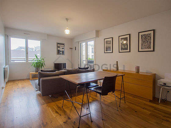 Very quiet living room furnished with tv, hi-fi stereo, 1 chair(s)