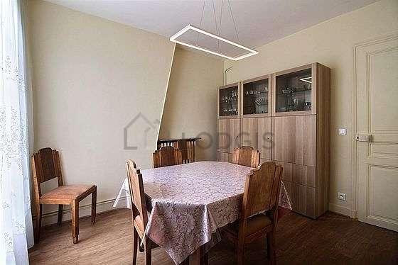 Salle à manger avec fenêtres
