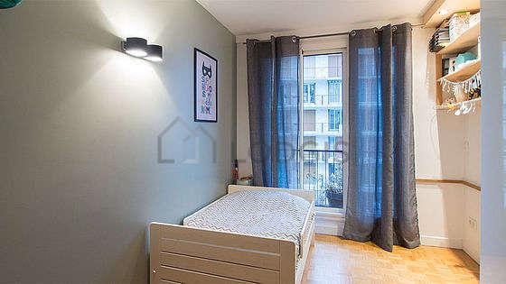 Chambre avec fenêtres double vitrage et balcon donnant sur cour