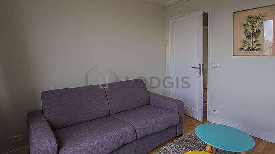 Chambre équipée de télé, canapé, 1 chaise(s)