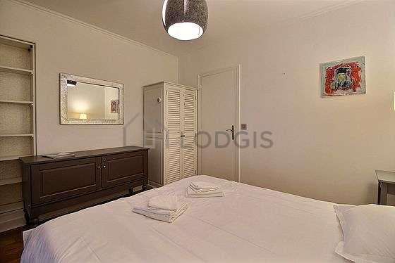 Chambre lumineuse équipée de penderie, table de chevet