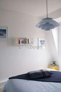 Chambre avec fenêtres double vitrage donnant sur cour