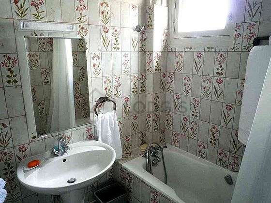 Salle de bain très claire avec du carrelage au sol