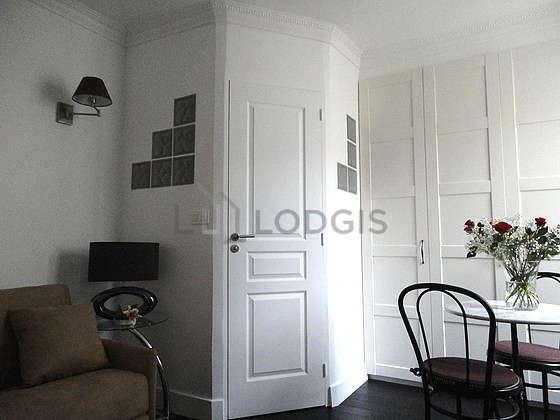 Living room of 14m² with wooden floor