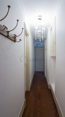 Belle entrée avec du parquet au sol