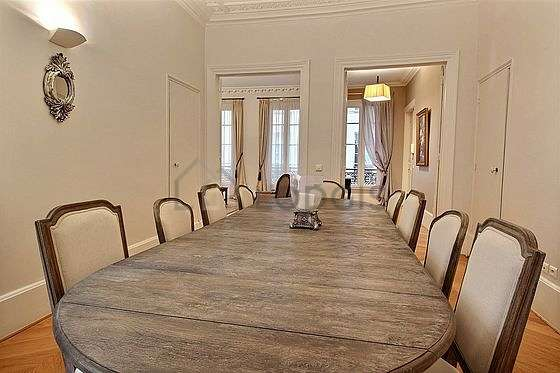 Salle à manger de 19m² équipée de table à manger, 10 chaise(s)