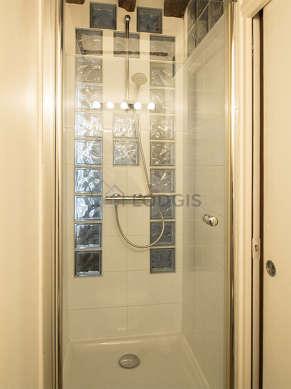 Salle de bain équipée de douche dans baignoire