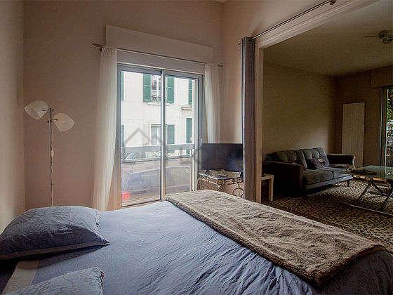 Alcôve très calme et très claire équipée de 1 lit(s) de 160cm, télé, table de chevet
