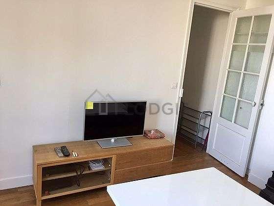 Living room of 11m² with wooden floor