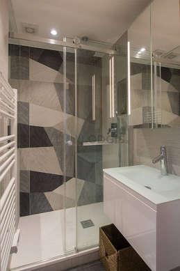 Agréable salle de bain claire