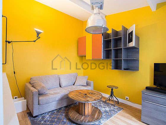 Séjour très calme équipé de 1 canapé(s) lit(s) de 140cm, télé, placard, 1 chaise(s)