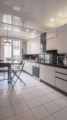 Belle cuisine de 14m² avec du carrelage au sol