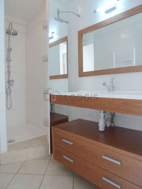 Beautiful and very bright bathroom with tile floor