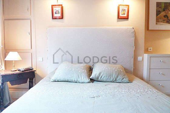 Very bright bedroom equipped with closet, storage space, 1 chair(s)