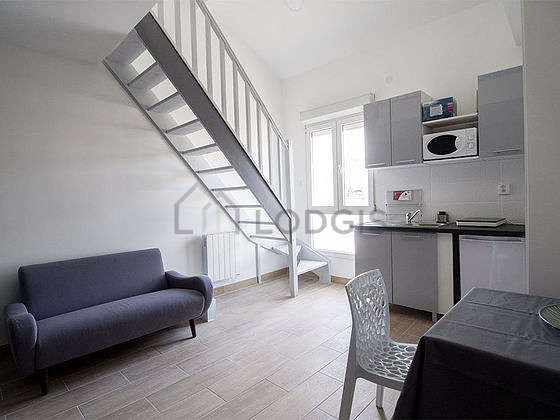 Séjour très calme équipé de canapé, table basse, penderie, 1 chaise(s)
