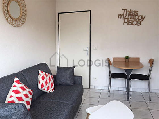 Large living room of 20m² with tile floor