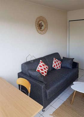Séjour calme équipé de 1 canapé(s) lit(s) de 140cm, table à manger, table basse, placard