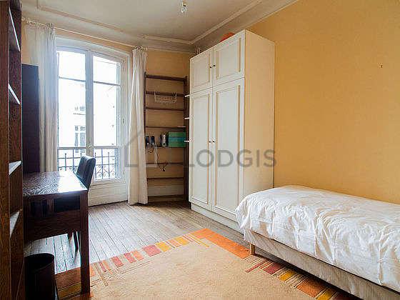 Bedroom of 8m² with wooden floor
