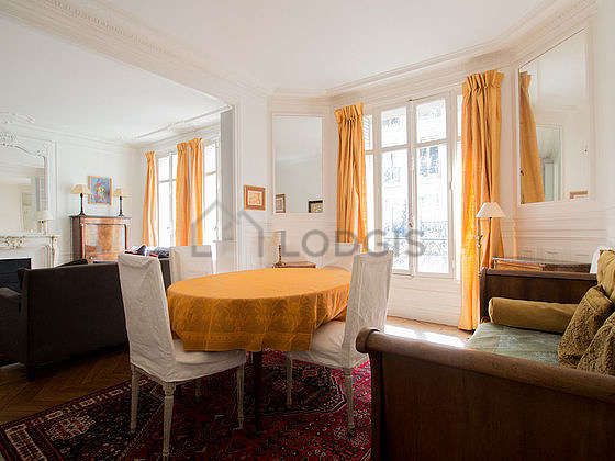 Dining room of 15m² equipped with dining table, 6 chair(s)