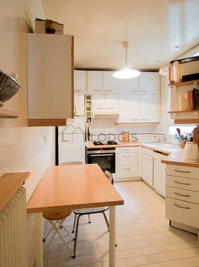 Kitchen of 9m² with tile floor